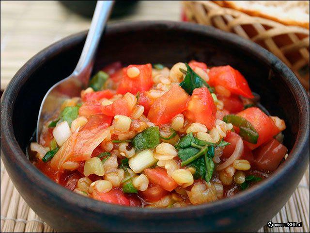 """Comme promis après notre cours de cuisine chilienne, nous avons testé à la maison les recettes apprises lors de notre initiation culinaire. Pour commencer nous vous livrons ici la recette du pebre (prononcez """"pébré""""), l'incontournable des apéritifs chiliens..."""