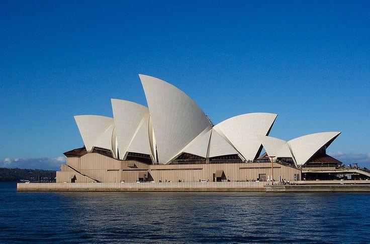 """""""Ópera de Sydney"""" (1957-1973) de Jorn Utzon ARQUITECTURA EXPRESIONISTA: Aunque pueda sonar extraño por el período de construcción, esta maravilla del mundo está enclavada en las tendencias expresionistas del arte contemporáneo. El arquitecto danés Jorn Utzon, en presencia de la reina Isabel II, inauguró esta mastodóntica estructura en la bahía de Sydney, el 20 de octubre de 1973"""