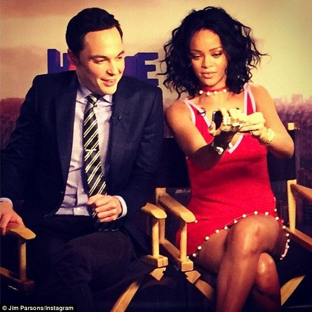 jim parsons rihanna | The Big Selfie Theory! Rihanna gives co-star Jim Parsons a lesson in ...