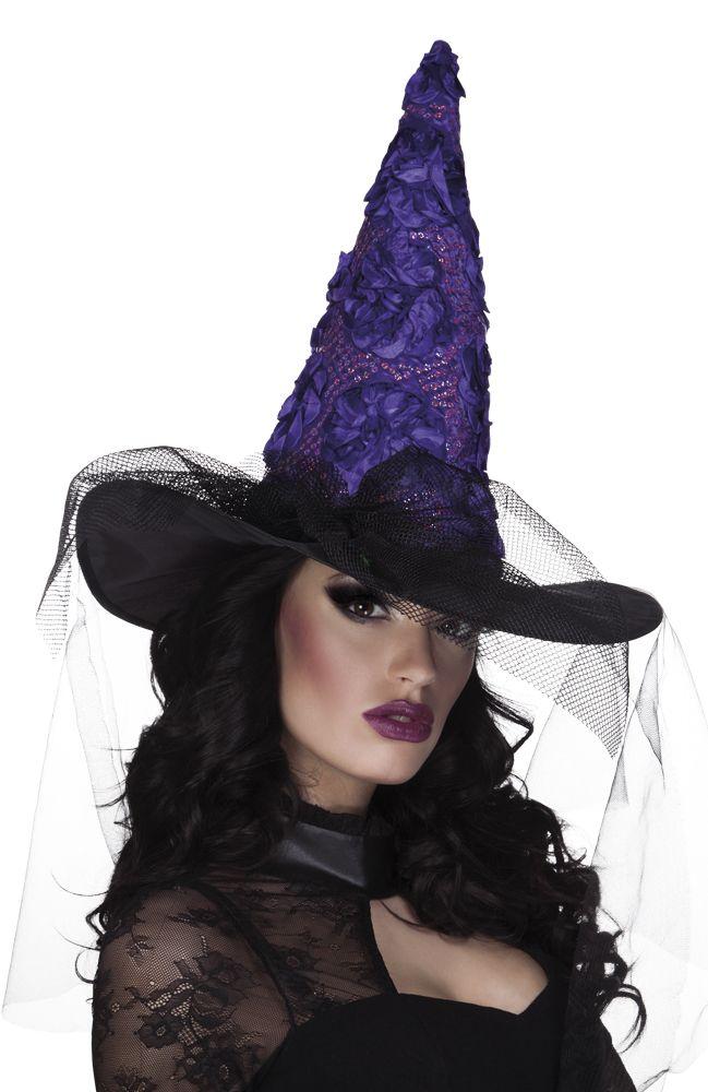 Violetti noitahattu joka koristeltu violeteilla kukkasilla sekä hunnulla.