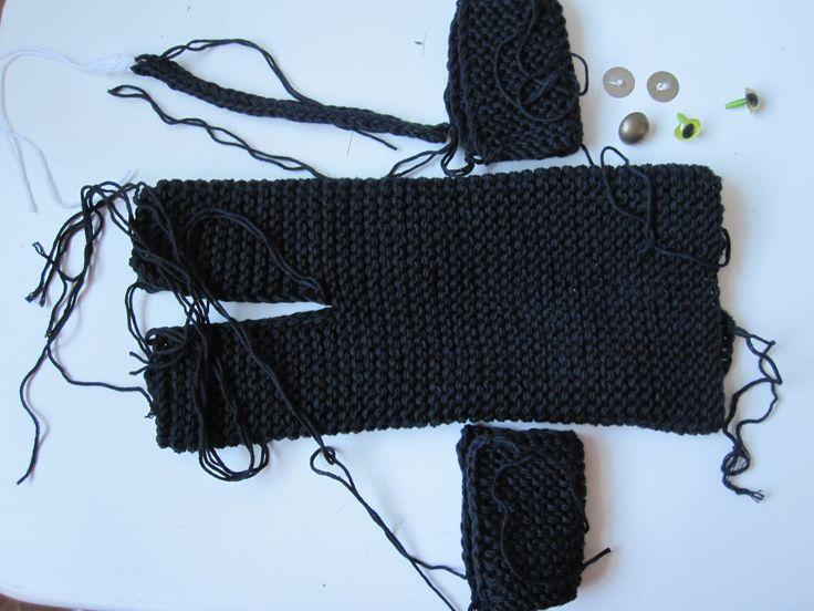 Black knitted cat. Sort strikket kat. Free pattern. Gratis opskrift.