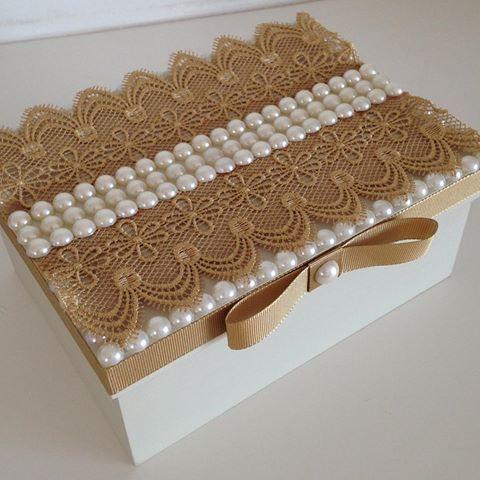 Caixa decorada com renda e pérolas para presentear !