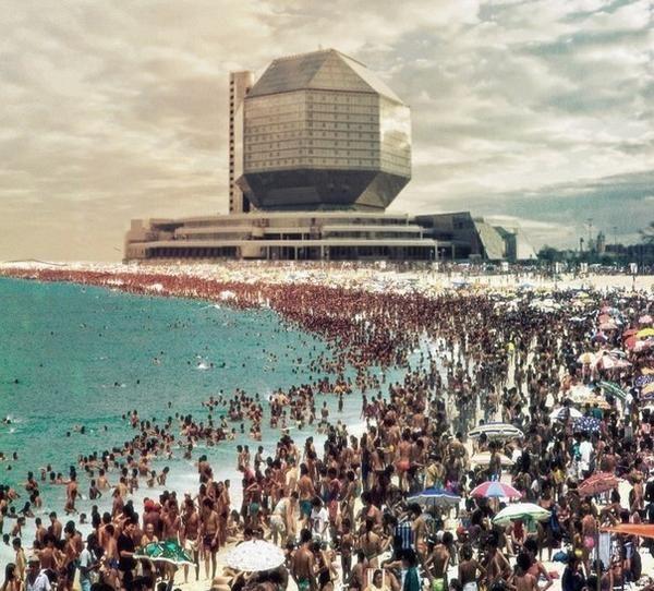 """""""Многие старые советские фото выглядят как постеры фантастических фильмов"""", - написал в твиттере @joshuafoust, приложив к твиту фото ромбокубооктаэдра Национальной библиотеки на пляже. Действительно, советские архитекторы нередко создавали что-то фантастическое, в том числе экстравагантные курортные гостиницы. Но на фото бразильский пляж, на который наложено здание, построенное через 15 лет после распада СССР."""