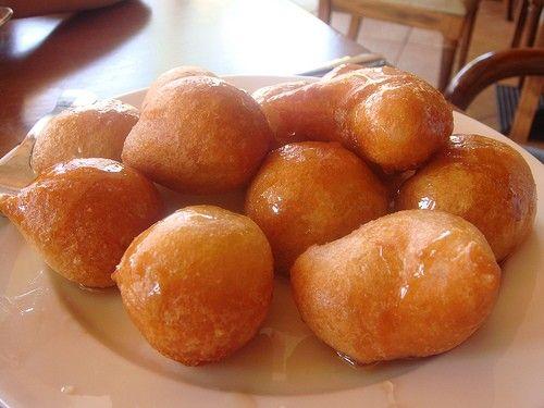 Υλικά: 2 κούπες αλεύρι 1 κουταλάκι του γλυκού μπέικιν πάουντερ 1-2 βανίλιες νερό