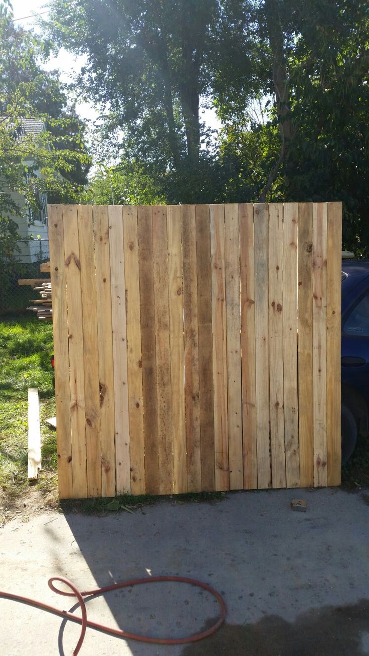 17 best ideas about pallet privacy fences on pinterest for Wood pallet privacy walls