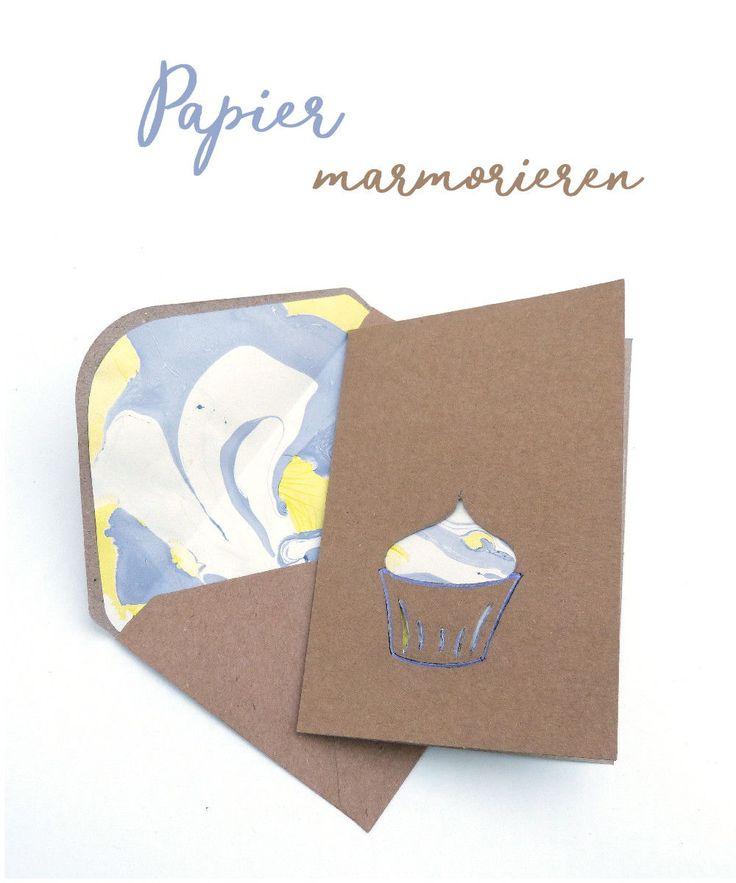 Anleitung zum Marmorieren von Papier und DIY Ideen für selbstgemachte Grußkarten mit Cutout und passendem gefütterten Umschlag. #marmorieren