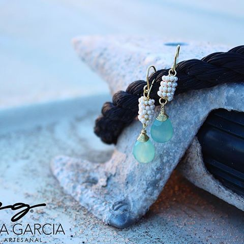 🐬🐬🐬PG🐬🐬🐬 Aretes con perlitas y gota calcedonia azul #patriciagarciaaccesorios #chapadeoro #handmadejewelry #diseñomexicano #manosmexicanas #mexicocreativo #wire #jewerly #joyeriaartesanal #arte #summer #aretes #earrings #losmochis #love