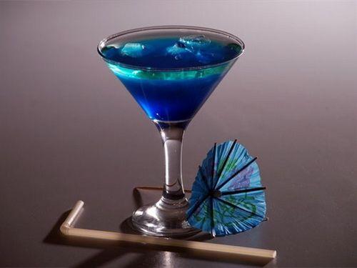 Блю кюрасао ( ликёр) Кюрасао (Curacao) — ароматный ликер, вырабатываемый из винного спирта с добавлением высушенной апельсиновой корки, мускатного ореха, гвоздики и корицы.Блю кюрасао ( ...