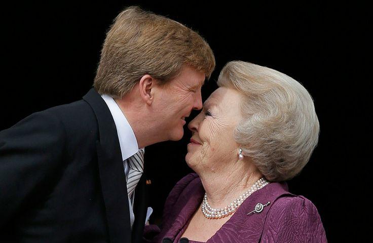 Koning Willem-Alexander kust zijn moeder prinses Beatrix op het balkon van het Paleis op de Dam na zijn inhuldiging op 30 april
