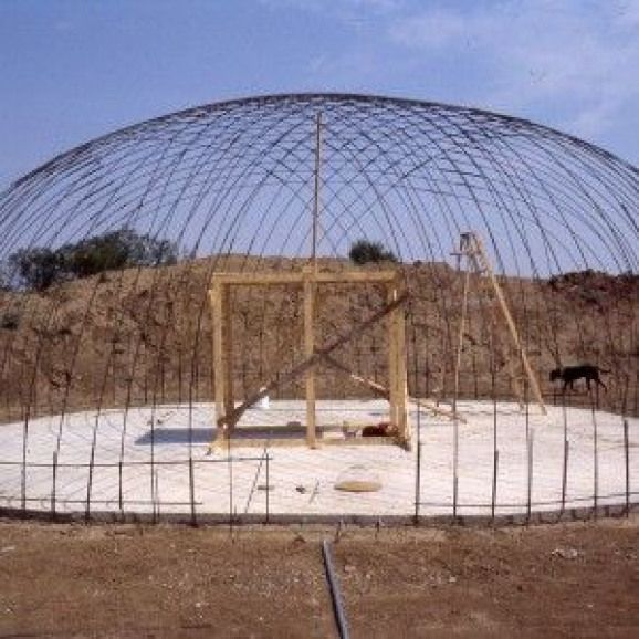 A Rebar Dome The First Step To A Bob Foote Style Ferrocement Under Ground Home Chickenhouses Dome Building Dome House Geodesic Dome Homes