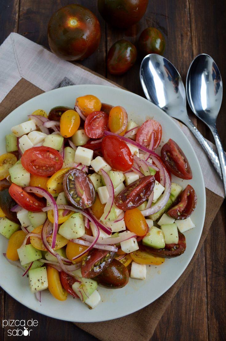 Aprende a preparar una deliciosa ensalada de tomate con pepino, cebolla, queso (con opción a quitarlo) y un aderezo fresco de vinagre y aceite de oliva.