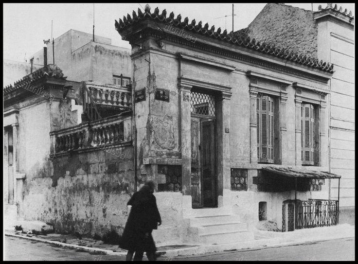 """Υμμητού & Λήμνου, Καμίνια, Πειραιάς. Φωτογραφία από το βιβλίο του Στέλιου Β. Σκοπελίτη """"Νεοκλασικά σπίτια της Αθήνας και του Πειραιά""""."""