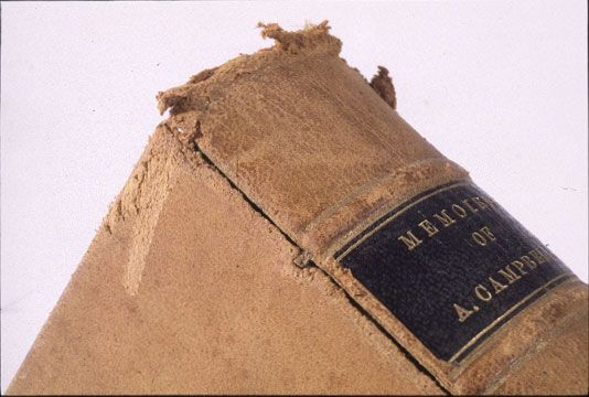 Livre relié en cuir tanné au végétal, présentant une détérioration importante connue sous le nom de pourriture rouge, causée par le dioxyde de soufre