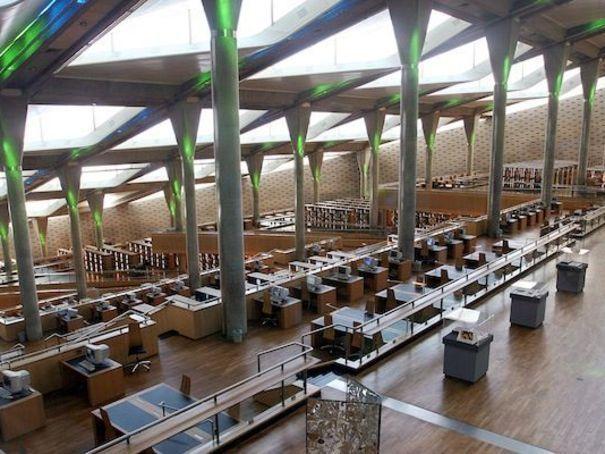 Bibliotheca Alexandrina, Alexandrie (Egypte) Créée sous l'impulsion de l'UNESCO, qui souhaitait établir une immense bibliothèque du monde arabe sur le site de l'édifice antique de la bibliothèque d'Alexandrie, cet édifice a été réalisé par l'agence norvégienne Snohetta