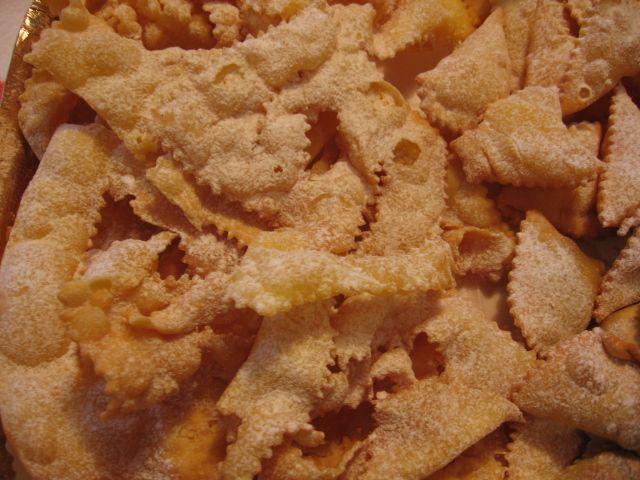 Dalla A allo Zucchero: Dolci fritti - CarnevalePer 1 uovo:  130 gr. di farina  1 cucchiaio di zucchero  25 gr. di burro  1 uovo  scorza di limone grattugiata  sale  1 cucchiaio di sambuca  1 cucchiaio di aceto o alcool a 90°
