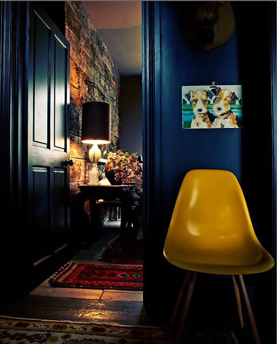 Blauwe muur en gele stoel.