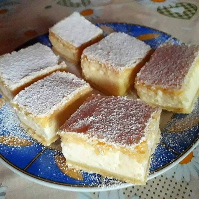 A mi családunkban ez a süti nagy kedvenc! Mutatós, puha, ízletes, gyors sütemény és az íze is eszméletlen jó! Hozzávalók Tészta 400 g búza finomliszt 200 g vaj vagy margarin 150 g porcukor csipet só 2-3 ev. kanáltej 1 db tojás Krém 600 ml tejföl 1 csomag vaníliapuding 1 csomag tejszín ízű puding 150 g …