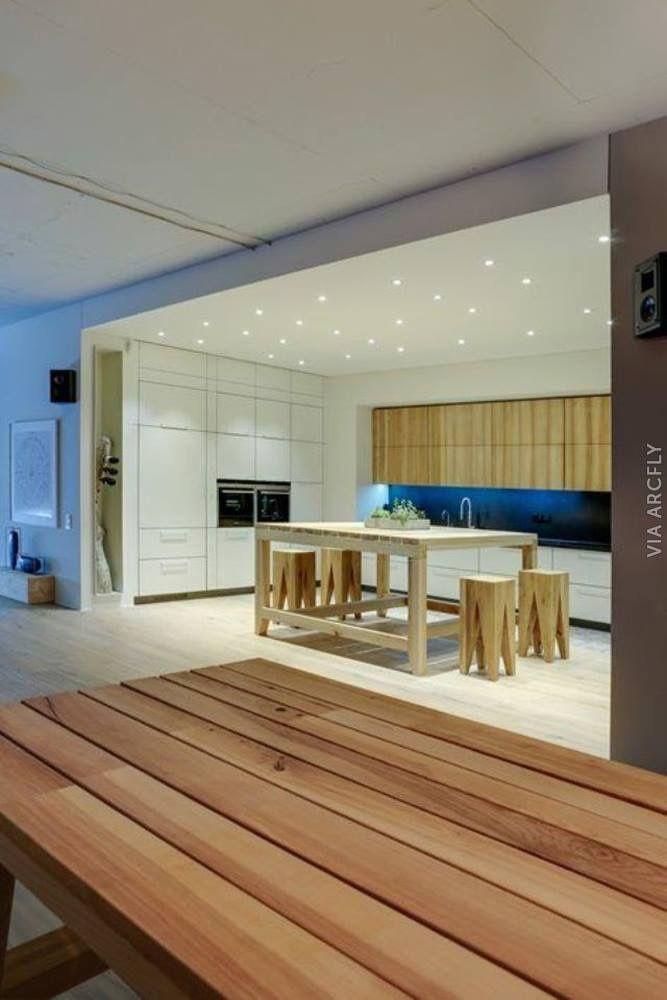 99 Küchen Modern Inmitten Der Stadt Wurden In Holzoptik Und Mit  Individuellem Charakter Gestaltet. Altbau Wohnungen Bieten Hohe  Zimmerdecken Und Raumgefühl