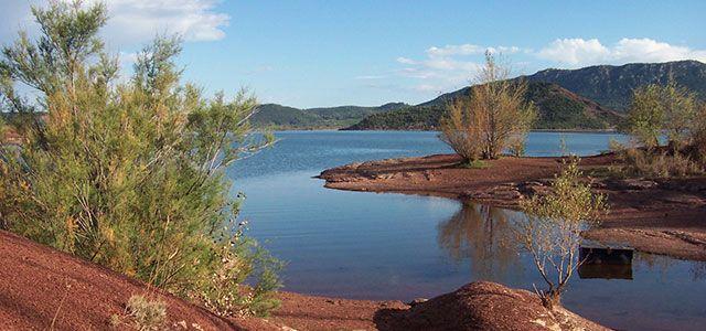 Lac du Salagou (Hérault) Créé en 1969, il s'y est développé une faune et une flore assez particulière du fait des terres rouges que l'on y trouve. Aucun bateau à moteur n'y est autorisé, seule la voile et autorisée. La Tramontane qui y souffle fait d'ailleurs du lac du Salagou un lieu privilégié pour les planchistes. L'Hérault étant un des départements les plus ensoleillé, l'eau du lac peut atteindre les 28 degrés en été.