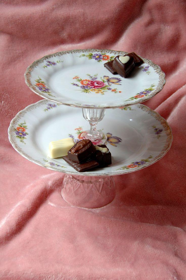 Etagère van  2 borden en glazen staanders, voor het serveren van een lekker eigen gebakken taartje of heerlijke bonbons tijdens een High Tea. € 5,50 Check onze webwinkel of het product nog verkrijgbaar is