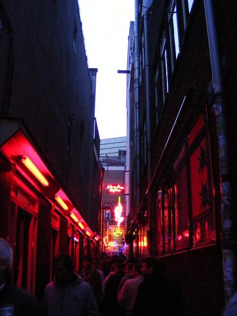 De Wallen / Red Light District in Amsterdam. De omgeving van de Warmoesstraat is bijna een toeristische attractie geworden. Ik ben er ook met buitenlandse bezoekers doorheen gelopen. De combinatie van prostitutie, politiebureau, coffeeshops en café's is heel apart, zeker voor buitenlanders.