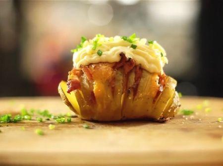 Batata Assada com Bacon,receita,2 batatas grandes,fatias de bacon,sal a gosto,pimenta a gosto,fatias de queijo cheddar,cebolinha,cream cheese,parmesão,azeite