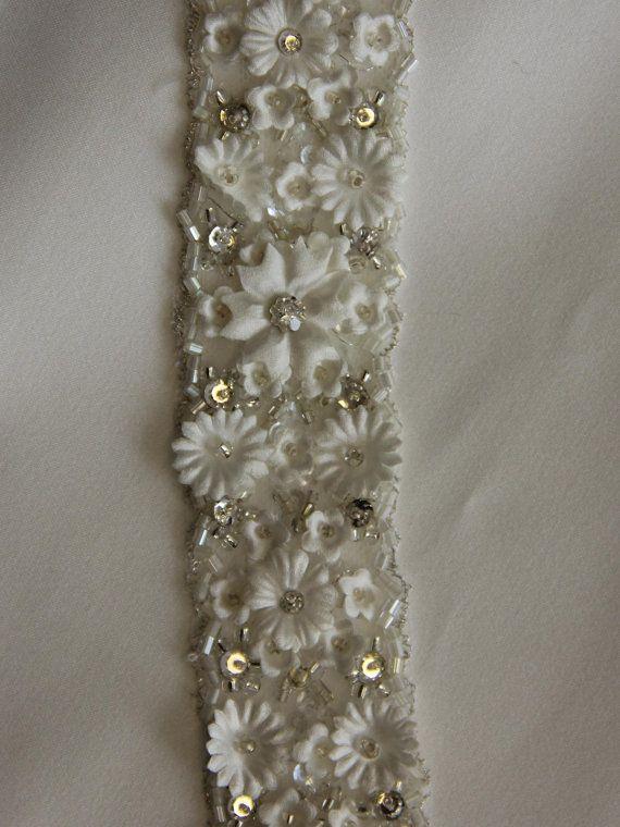 Un Design rétro frontière Floral Ivoire sur une Base de Tulle. Fleurs de Satin Ivoire, orné de cristal opaque Diamantes. large, avec un motif de