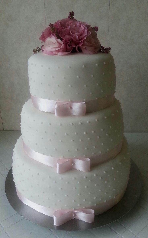 Tort weselny z żywymi kwiatami, tort weselny z kropeczkami, tort weselny biało pudrowy, tort ze wstążką, tort weselny z eustomami