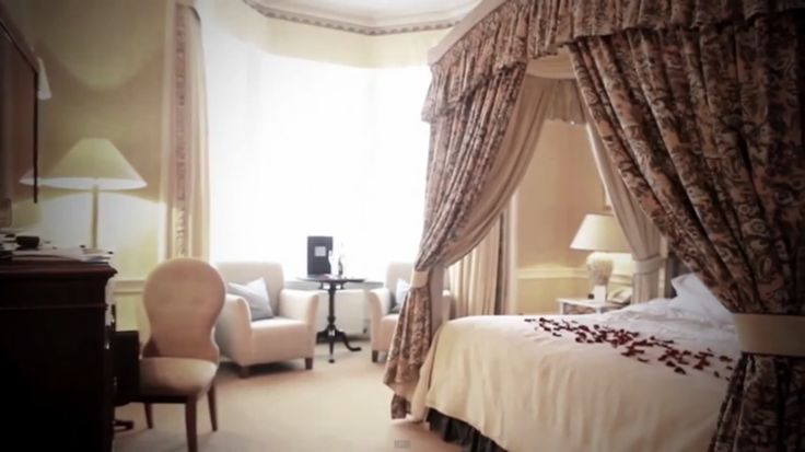 Amazing four poster bed in Channings #Edinburgh. Perfect for a #romantic #Valentines break!