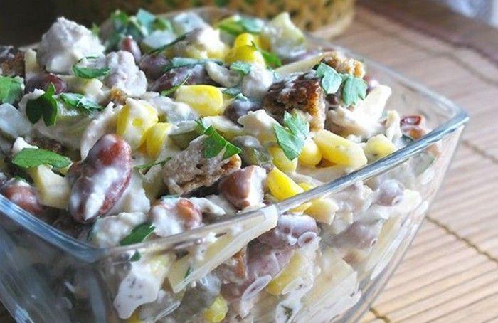 Lehký salát s kuřecím masem, fazolemi a sýrem. Chutné a nenáročné na přípravu.