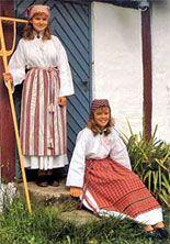 Skördesärken, det gamla dräktskickets sommarplagg, utgör ett trevligt, lättburet och svalt alternativ till den tyngre folkdräkten.