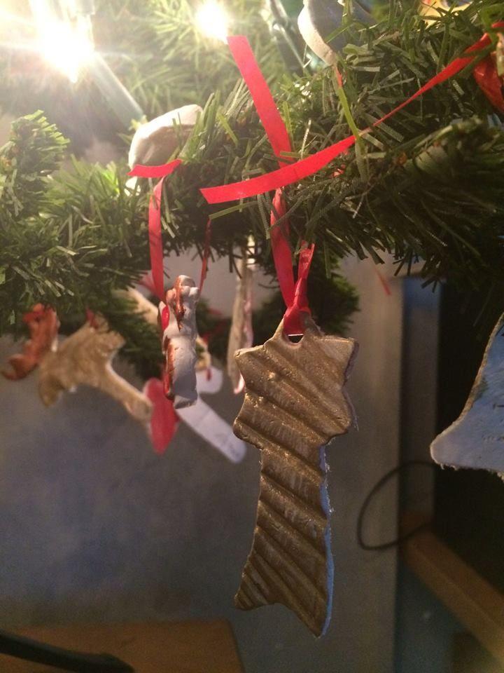 Wat een leuk kerstidee! Kerst komt langzaam dichterbij en tijdens deze donkere dagen komen we al helemaal in de stemming. Zo ontvingen we een paar leuke foto's van groep 5 van de Ireneschool in Ermelo. Zij maakten van luchtdrogende Creall-do & dry creatieve kersthangers voor in de kerstboom en beschilderden deze met Creall-color plakkaatverf. En zeg nou zelf, ziet dat er niet gezellig uit? We krijgen er al helemaal zin in. Groep 5 van de Ireneschool in Ermelo, bedankt voor het delen van dit…