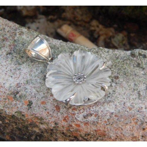 Liontin perak motif bunga kembang sepatu  Dimensi: 40x26x7mm  Bahan: Perak 925  Cocok digunakan sehari hari, Liontin perak asli buatan pengrajin dari Bali.  Atau juga bisa untuk dijadikan sebagai hadiah.