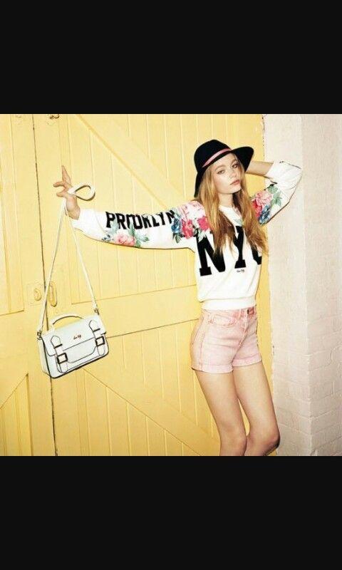 Maglioncino con fiori e scritte e pantaloncini corti rosa chiaro con borsetta bianca