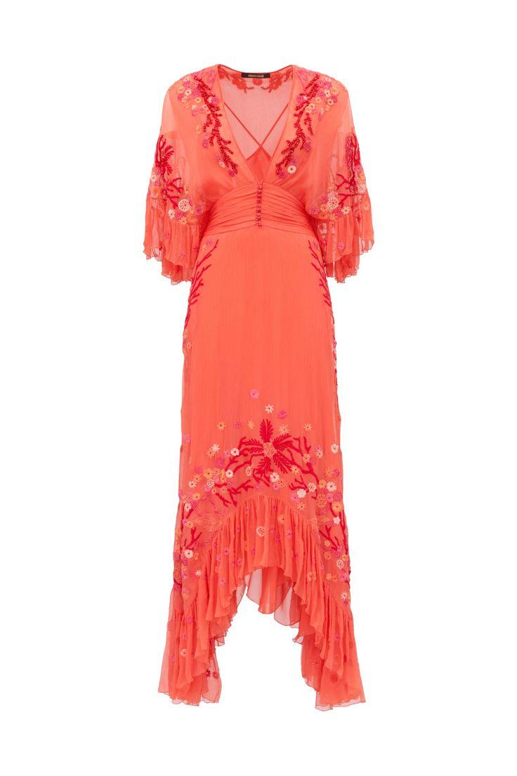 Vestido de seda con escote profundo, manga tres cuartos y falda con borde asimétrico. Bordado a mano con dibujos florales y perlas efecto coral.