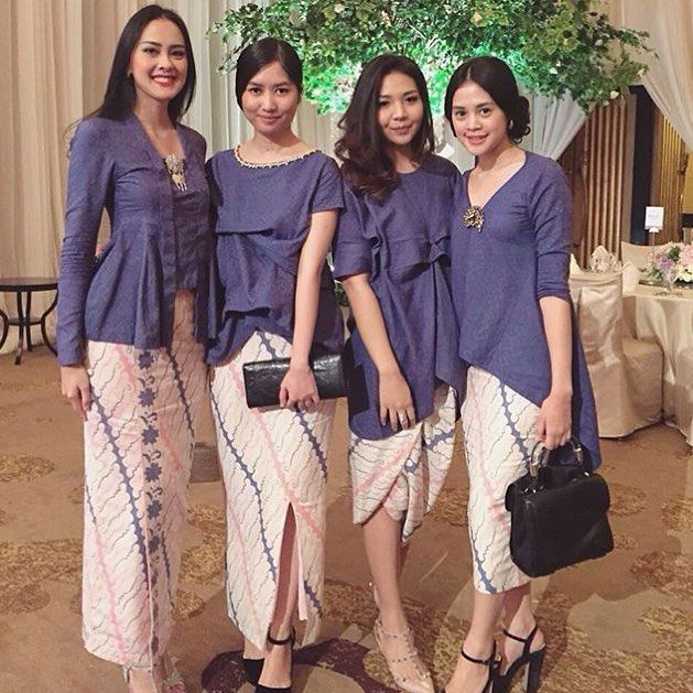 More often than not, bridesmaides inspirations captivate the eyes.  Regram from @tihayamirwan  #kebayainspiration #kebaya #Indonesia