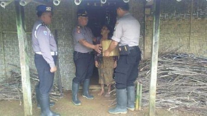 Anggota Polsek Dongko Trenggalek Beri Bantuan Kepada Seorang Janda yang Hidup Seorang Diri