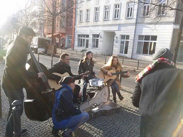베를린 월 메모리얼 가이드 중에 만난 길거리 밴드.. 아마도 유튜브 동영상을 촬영하는 듯....  #리얼트립베를린 #베를린여행 #독일여행 #베를린 #독일 #독일어디까지가봤니 #베를린장벽 #길거리밴드 #독일여행가이드 #유튜브