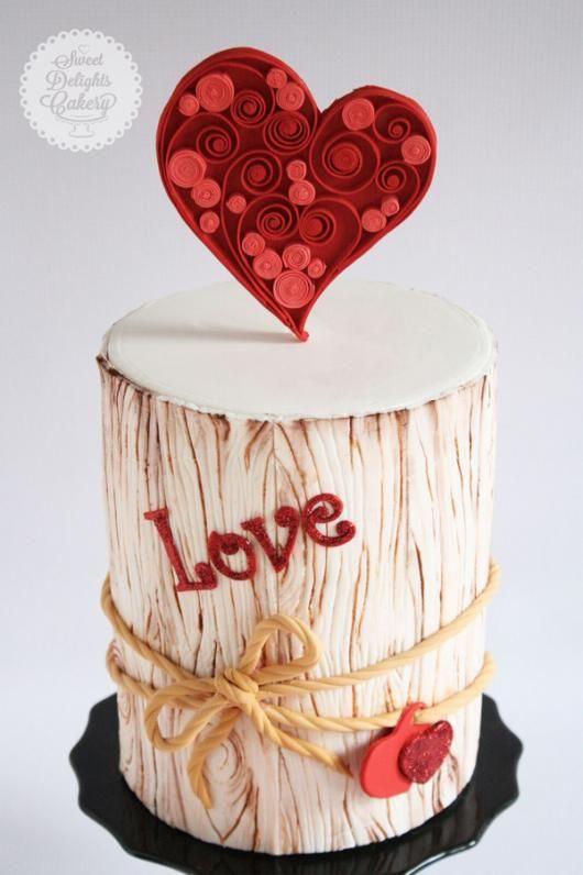 pastel en forma de tronco con corazón <3
