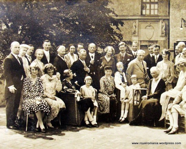 The Hohenzollerns & Carol of Romania, Sigmaringen 1921 | Diana Mandache's Weblog Luisa (in the middle) with brother Albert, Margit, her nephews and nieces, Elisabeth Thurn Taxis neé Braganza, Carol of Romania, Franz Joseph and Viktor of Hohenzollern-Sigmaringen with family, Adelgunde of Bavaria etc.