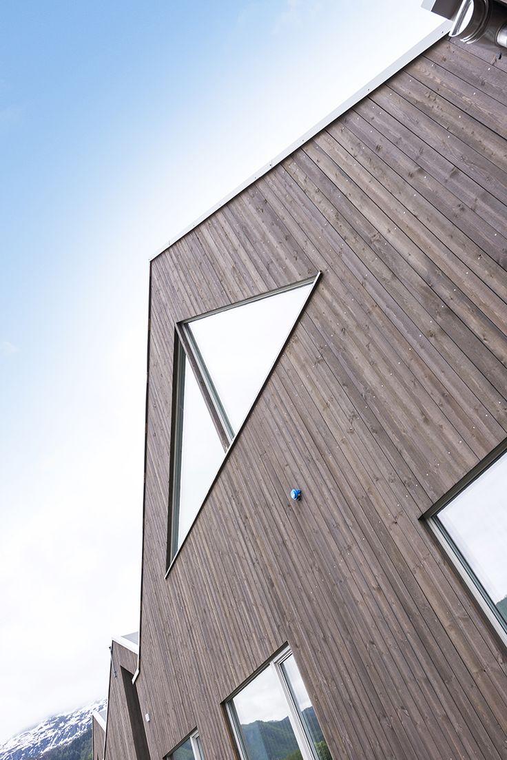 Fasader med glass kombinert med grå kledning