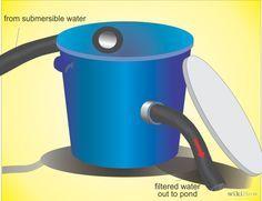 Encuentra un basurero plástico viejo con tapa. Hazle un agujero de drenaje, al lado, cerca de la parte inferior. Coloca el basurero de manera que el agua que salga del agujero del drenaje vaya a caer de nuevo al estanque.