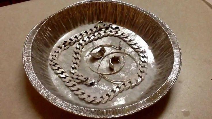 Strieborné šperky sú módne celé stáročia, no čistiť ich treba oveľa častejšie, než zlato. Ako na to, to vám prezradíme vtomto článku. Niektoré spôsoby sú také bizarné, že sa ich budete báť vyskúšať. Na striebro však fungujú skvele ašperky astrieborné predmety sa po vyleštení ligocú ako nové. Alobal Zmiešajte liter vody, lyžicu sódy bikarbóny akus …
