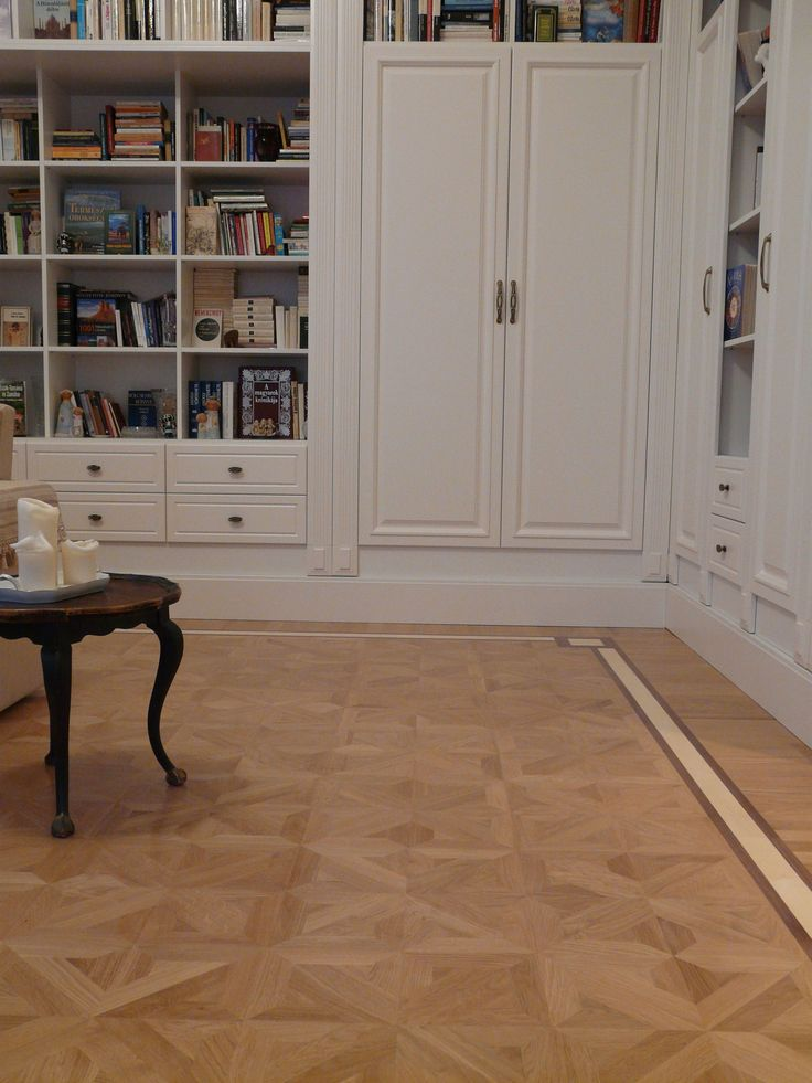 Mélyített marású festett ajtókkal készülő nappali bútor választható színnel és felülettel. A képen az elefántcsont színű látható díszített pillérekkel és fogazott duplungolt párkánymegoldással.