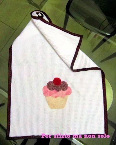 Cucito creativo - strofinaccio a nido d'ape con cupcake applique'