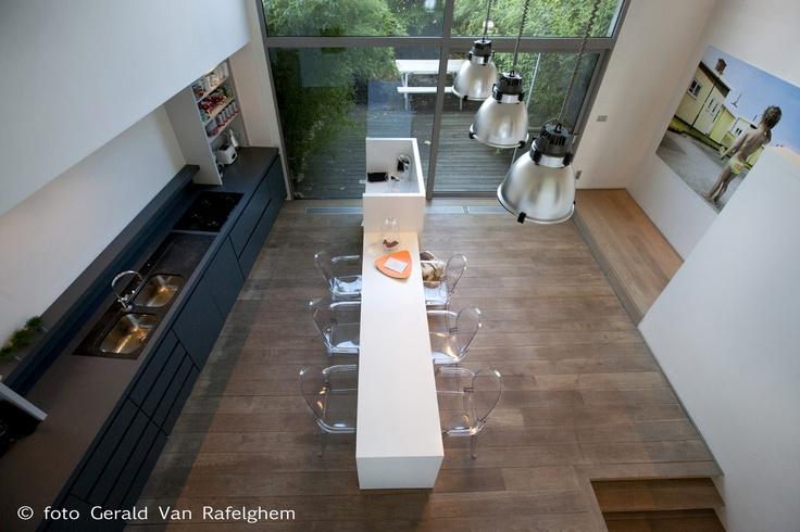 Donkere keuken, lichte muren, planken vloer (lichter) Foto Gerald van Rafelghem