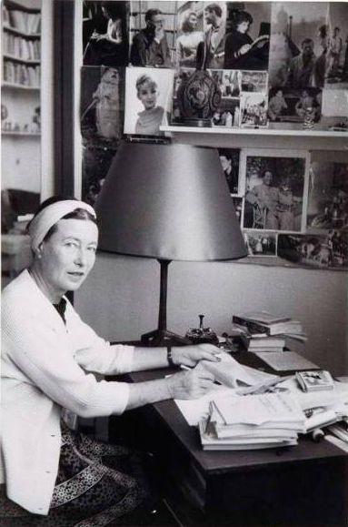 Simone de Beauvoir en su despacho, ca 1955, Paris. Fotografía de  Gisèle Freund