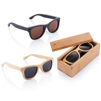 OCCHIALI IN BAMBU' mod. P453.99, da sole con montatura di bambù fatta a mano (UV-400). Dimensioni 14,6 x 14,5 x 4,9 cm. Inseriti in elegante scatola sempre in bambù. COLORE  legno chiaro, legno scuro