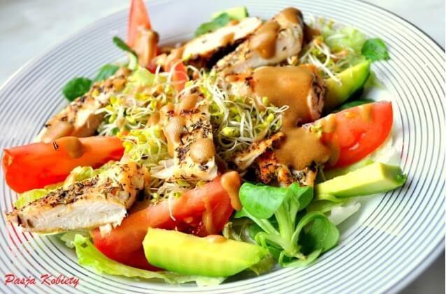 Zdrowe sałatki na kolację to idealna alternatywa dla kanapek. Zdrowe sałatki do pracy pomogą nam schudnąć i zachować zdrowie.