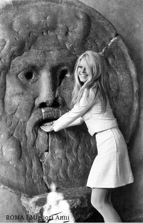 Brigitte Bardot alla Bocca della verità nel 1966.